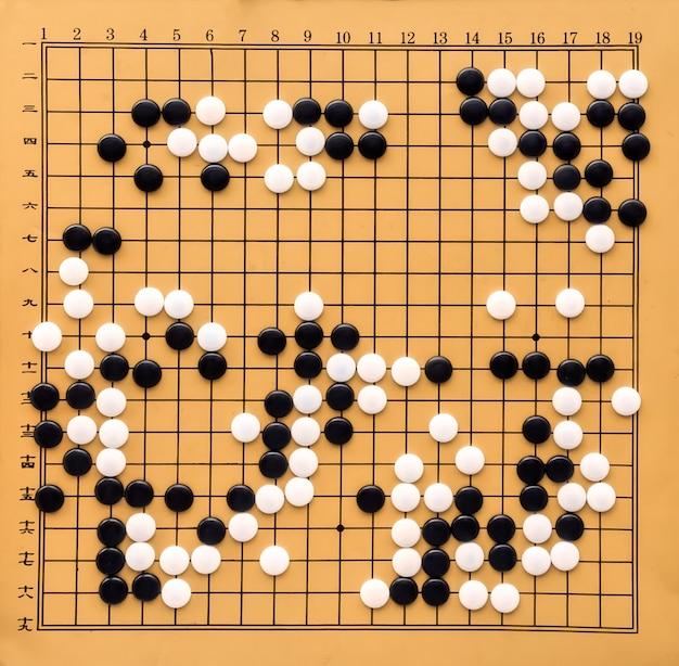 ボードゲーム囲碁と黒と白の骨のための机。