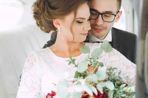 Портрет влюбленных мужчины и женщины в день свадьбы.