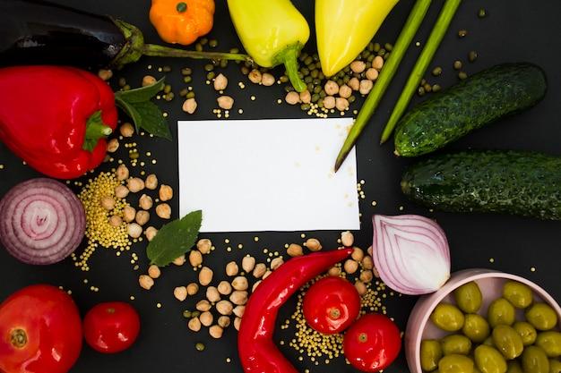 Белый лист с овощами на черном фоне