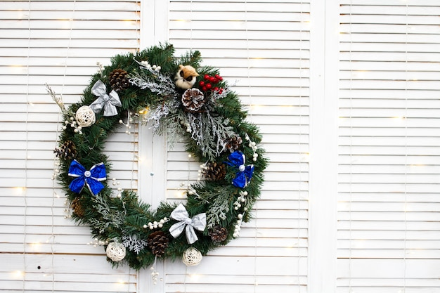 クリスマスの枝と白の装飾的なおもちゃのクリスマスリース