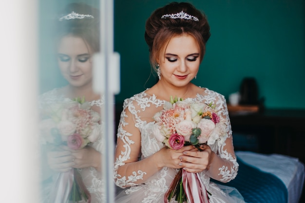Макрофотография портрет русской невесты с букетом в руках.