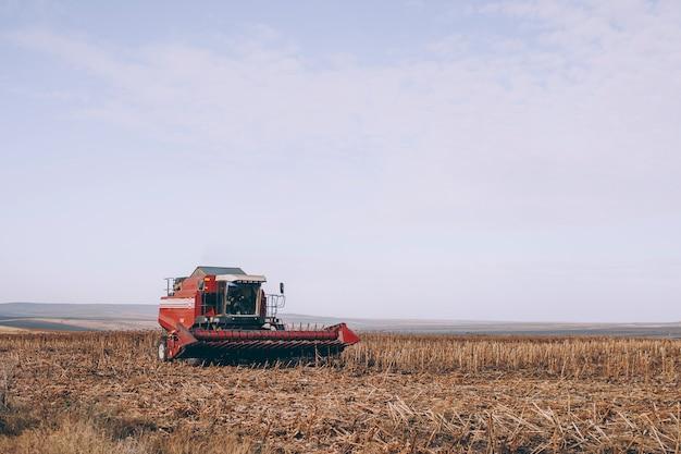 コンバインハーベスターが畑のクローズアップに立っています。