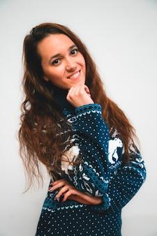 新年のセーターに長い髪を持つ若い女性の肖像画。