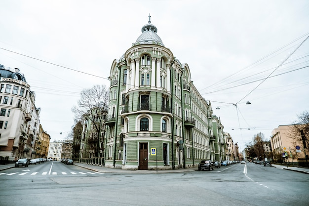 Красивые дворики и улицы санкт-петербурга в пасмурную погоду.