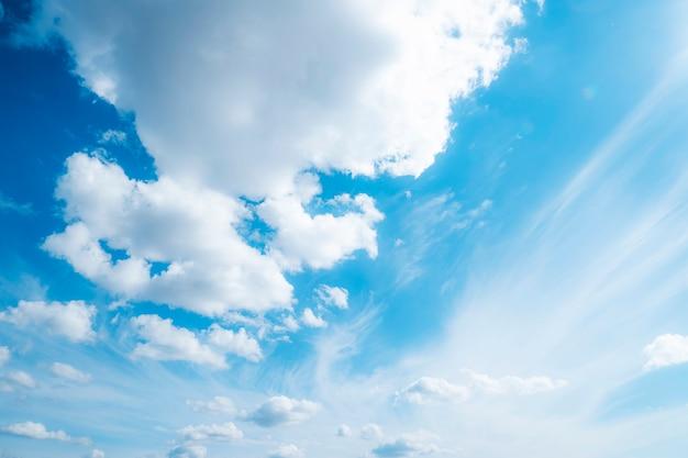 青い空にふわふわの白い雲。雲と空の写真。積雲。