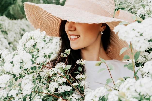 白い色の麦わら帽子の女性