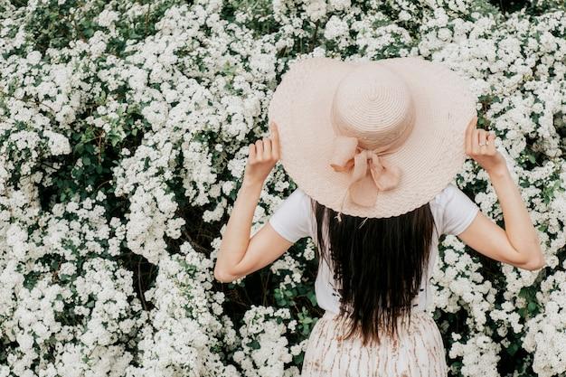 白い花の帽子をかぶった女の子