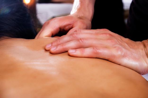 Фото массажа. девушка, массаж, спа. фотография женщины, проходящей массаж спины.