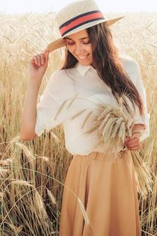 Красивая молодая женщина в поле ржи.