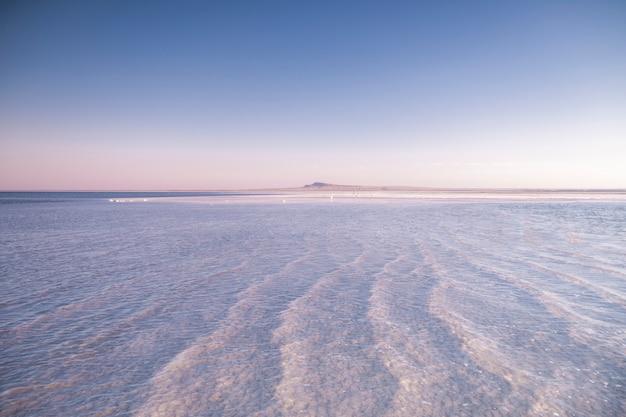 白い塩の湖の風景。大きな湖の夏の写真。