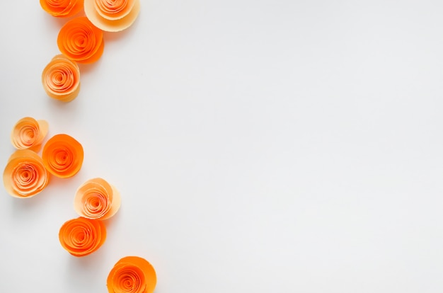 招待状や結婚式のための明るい色の背景にカラフルな和紙の花
