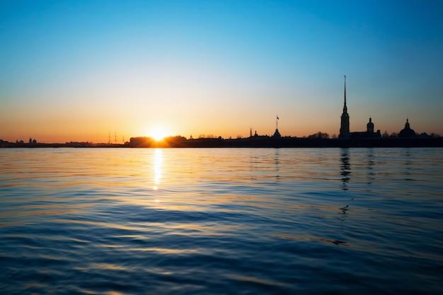 ピーターとポールの要塞を背景にネヴァ川に沈む夕日。白夜。セントピーターズバーグ。