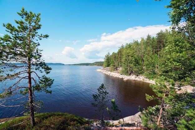 Тихая бухта острова на озере