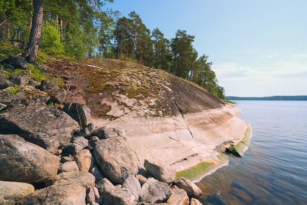 Крутой берег острова на озере