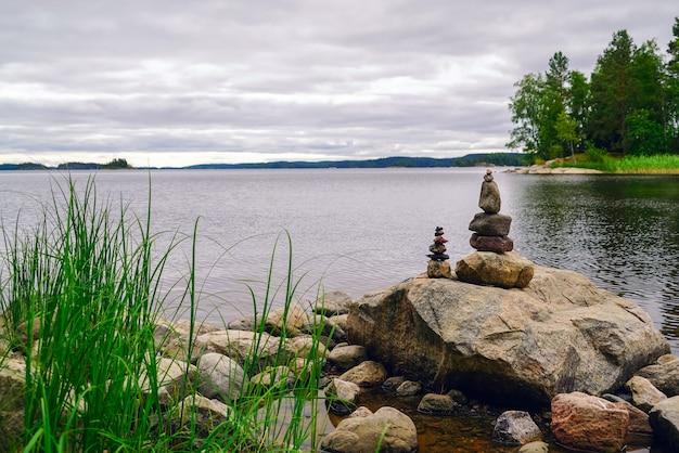 Две пирамиды из камней на озере