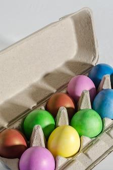 イースターエッグの色のチキン色のクローズアップ