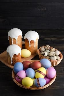 イースターケーキとチキン、ウズラの卵、暗い背景
