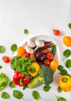 白い背景の上の全体の野菜、コピースペース。
