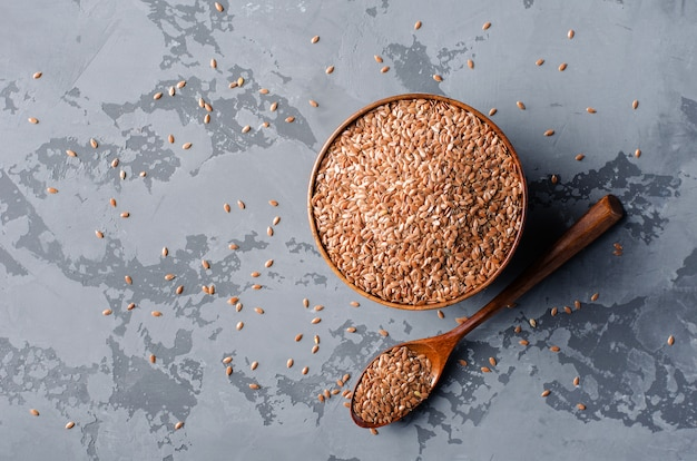 Семена льна в деревянной миске