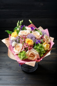 暗い背景の木の花の花束。バラの花束。
