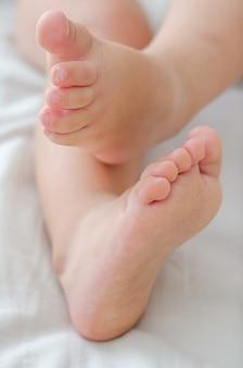 健康な子供の足、足の概念。