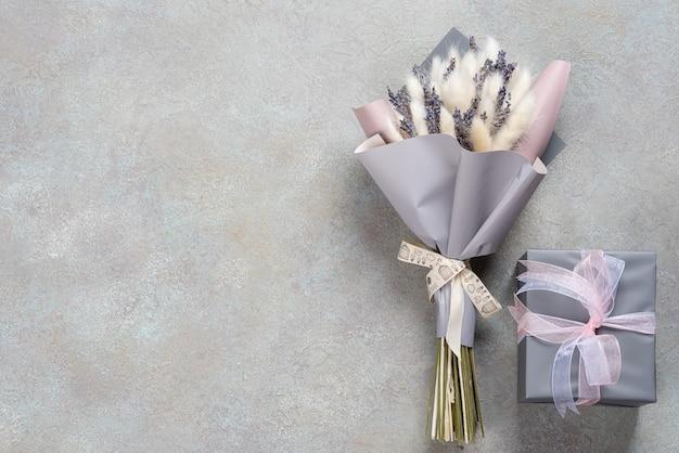 ラベンダーとラグルスの花束に、グレーパープルのパッケージに、単色のギフトボックスが付いています。