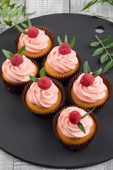 ラズベリークリームのカップケーキ。
