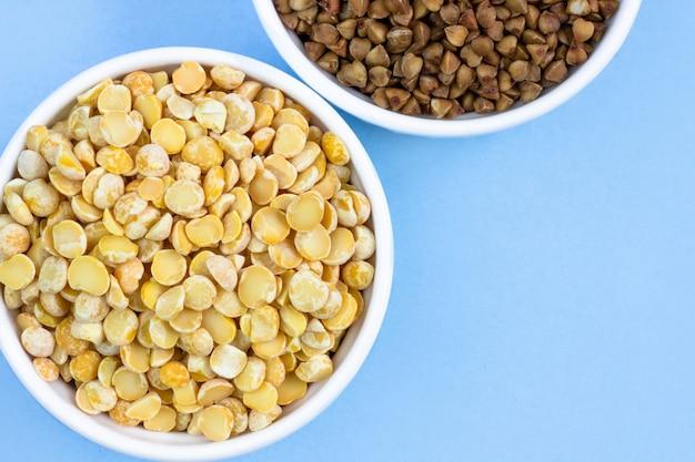 ソバとエンドウ豆のプレート、上面図。