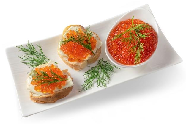 Красная икра на хлебе с маслом и зеленью. здоровая пища. рыбная закуска. изолированные