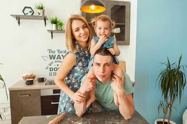 台所で幸せな笑顔の白人家族