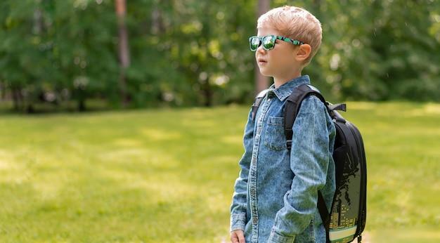 Портрет милый мальчик с рюкзаком. школа. первоклассник