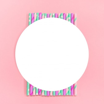 Круг кадр с красочной бумаги коктейль трубы на розовом фоне. эко дружественных. ноль отходов