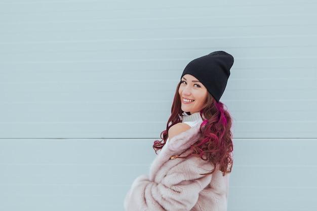 ミンクのコートで着色されたオンブル髪型と美容ファッション笑顔の女性の肖像画