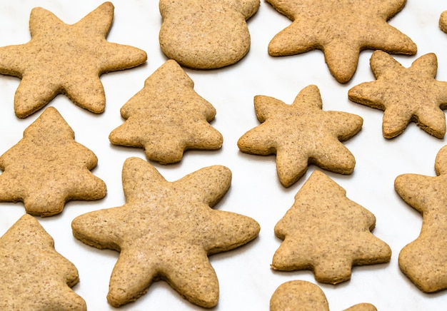 台所で自家製クッキーとクリスマスのコンセプト