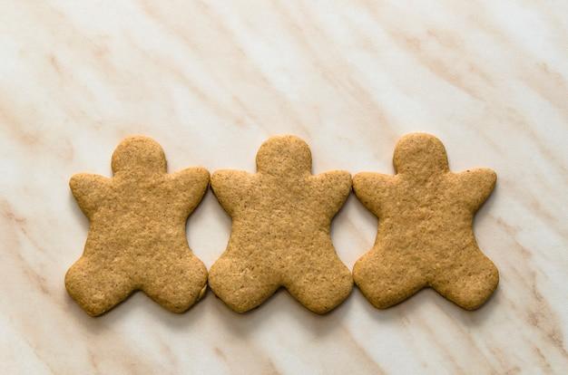 キッチンで自家製のクッキーとクリスマスのコンセプト