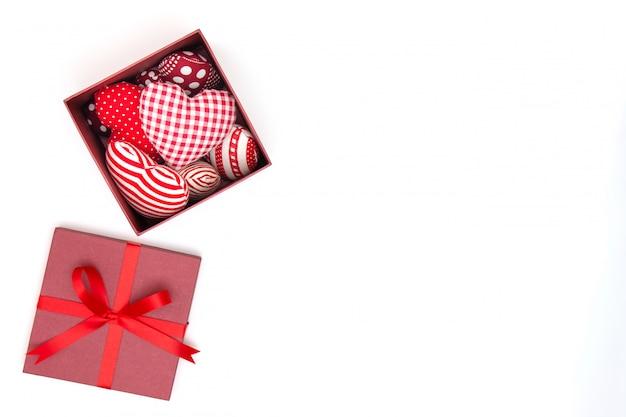 コピースペース付きギフトボックスに赤い枕の心のフラットレイアウト。
