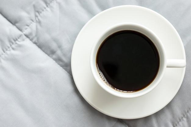 ベッドの上のコーヒー