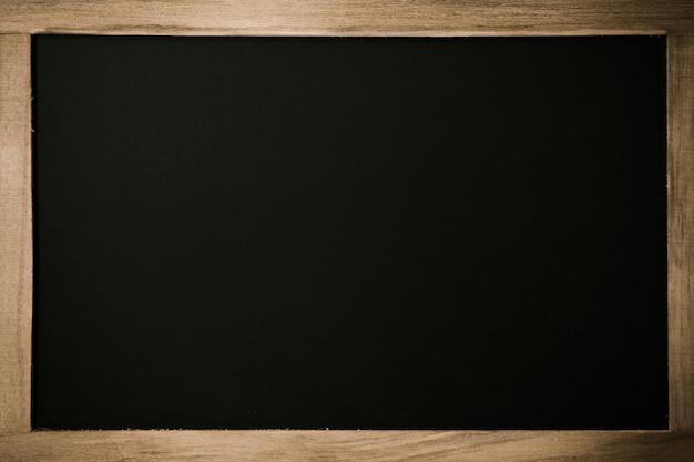 木製の枠線を持つ空白の黒板。