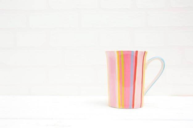 Полосатая чашка кофе на белом фоне