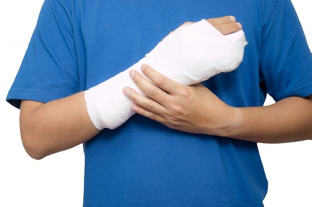 右腕が骨折した男性。白い背景で隔離
