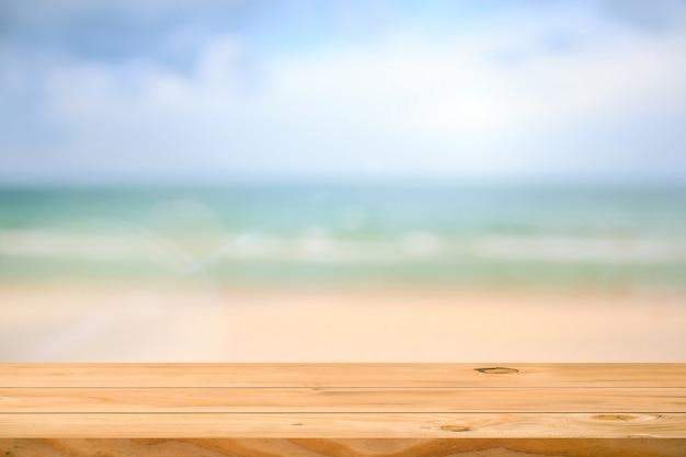 海の背景の上の空の木製テーブル。商品展示用モンタージュの準備ができました。
