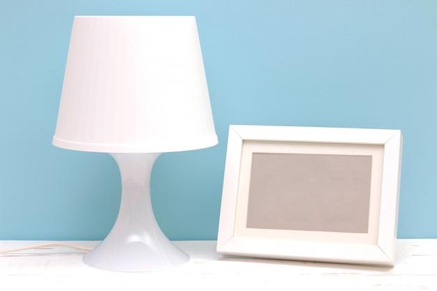 木製のテーブルの上にランプとフォトフレーム