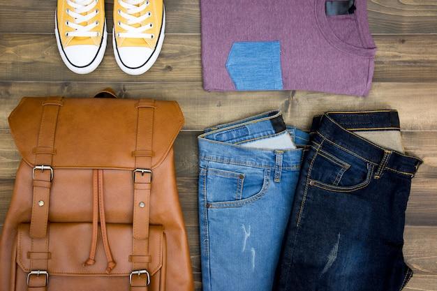木の板の背景に旅行者、男の子、男性、男性のカジュアルな服装