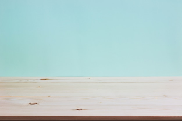 ミントの壁紙の背景の上の空の木製デッキテーブル