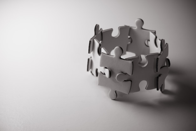 ジグソーパズルコンセプトチームワーク。チームビルディングの支援と支援の概念