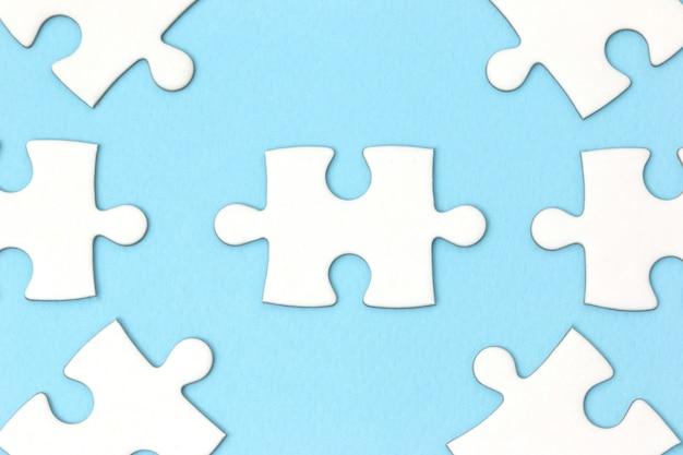 リーダーシップ事業コンセプト - 青い背景にジグソーパズル。最小限のスタイル平らに置きます。