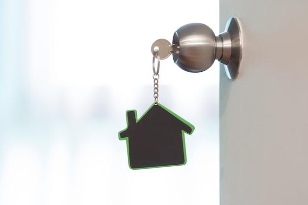 家のシンボルとコピースペースと鍵穴に鍵を貼り付ける