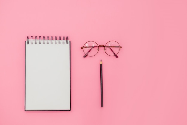 メガネと黒の鉛筆。教育の概念
