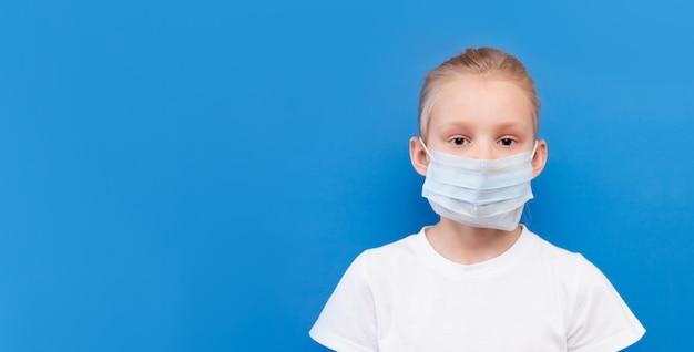 外科医療用マスクの少女