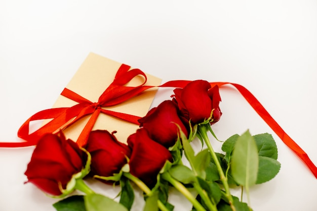 赤いリボンと赤いバラの花束。